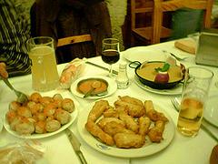 papitas arrugadas y churritos de pescado